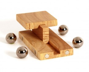 Wooden car with magnets - mabrino car